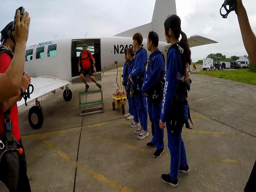 高空跳傘(Sky Diving):排隊上飛機
